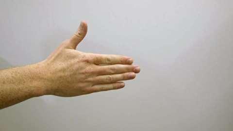 چگونه یک دست دادن خراب را درست کنیم؟