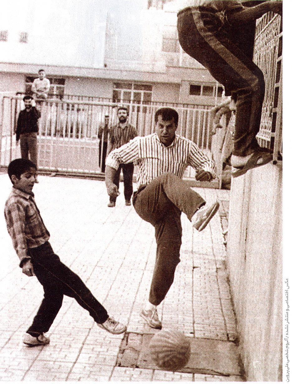 علی پروین در حال گل کوچیک بازی کردن