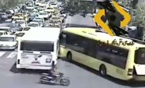 تصادف اتوبوسهای شرکت واحد به خاطر لجبازی!
