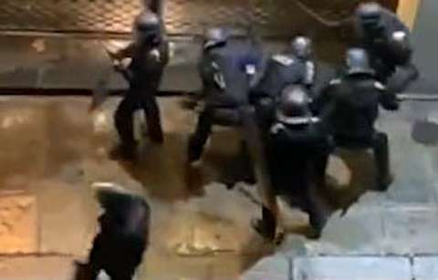 کتکزدن یک معترض توسط پلیس فرانسه