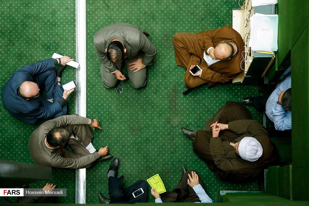 زمین نشستن نمایندهها در مجلس چه معنایی دارد؟