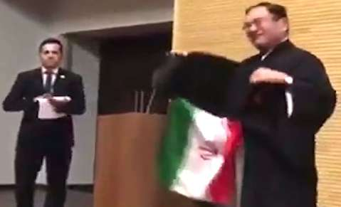 شعبدهبازی سفیر ژاپن با پرچم ایران