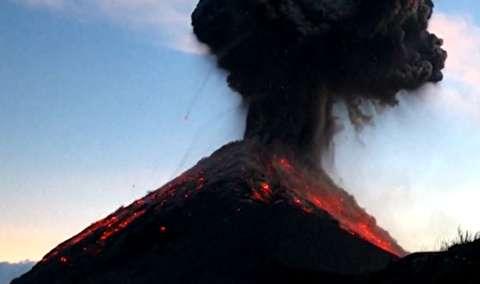 کوهنوردانی با فوران آتشفشان روبرو شدند