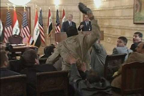 پرتاب کفش به سمت جرج بوش