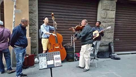 تریو کنترباس، گیتار و ویولن در خیابانهای فلورانس