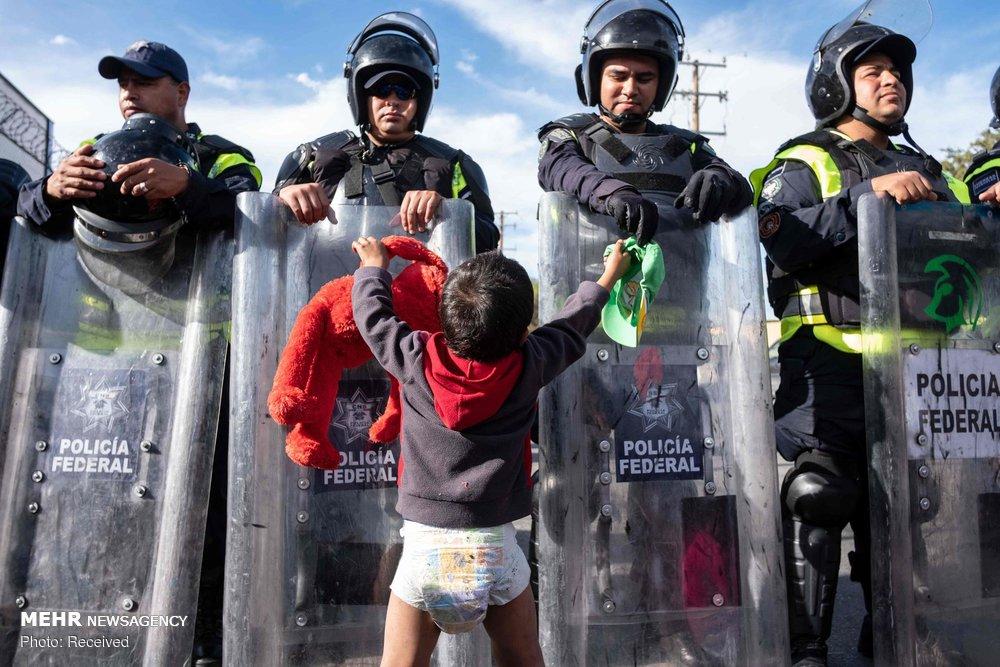 تمنای یک کودک در گذرگاه مرزی مقابل پلیس آمریکا