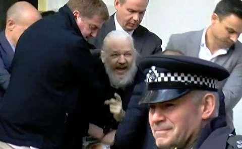 لحظات دستگیری جولین آسانژ