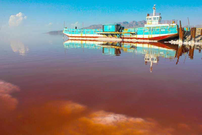 شناور شدن کشتی آرتمیا در دریاچه ارومیه