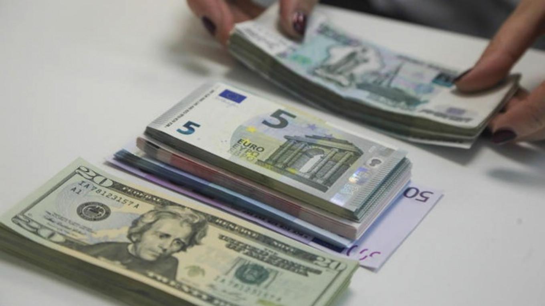 شروع هفته بازار ازر در مسیر کاهشی؛ دلار به ۱۳۶۰۰ تومان رسید