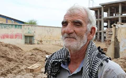 پیرمردی که یک تنه به کمک سیلزدهها آمد