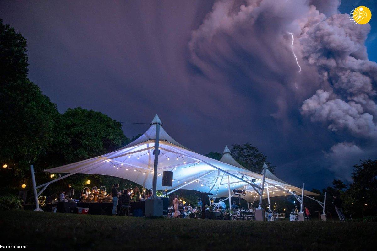 جشن عروسی زیر فوران مهیب آتشفشان