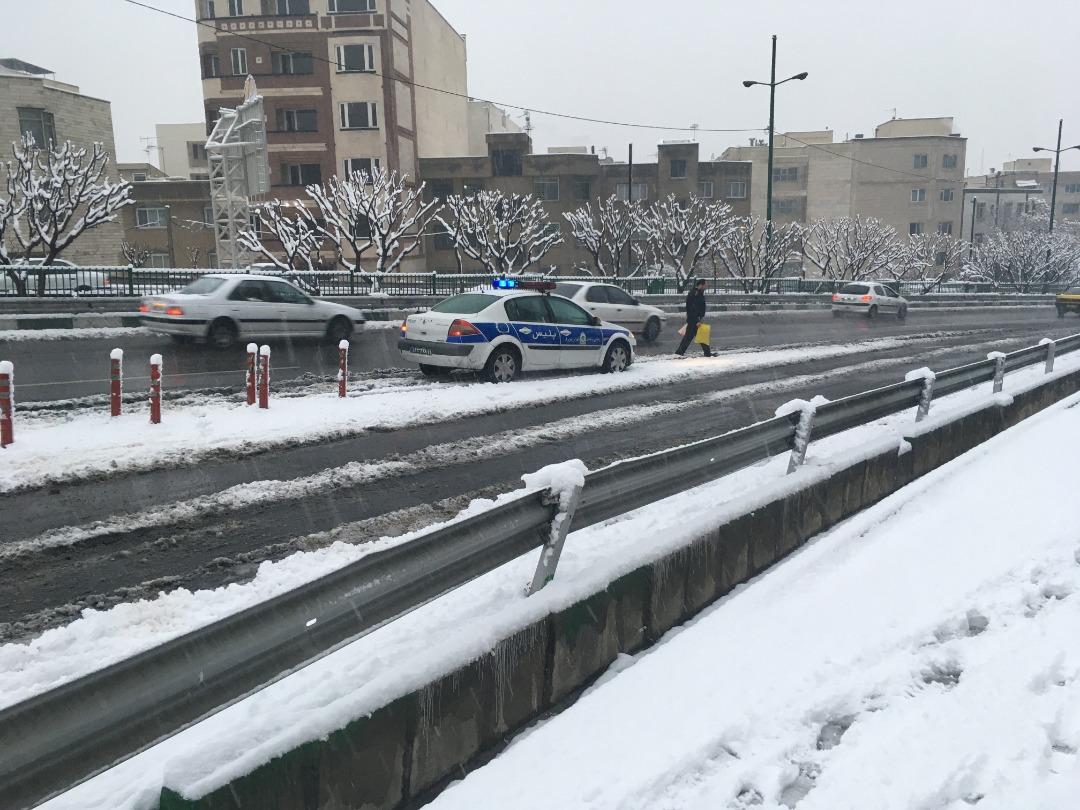 کار تحسین برانگیز پلیس در روز برفی از نگاه بیننده تابناک