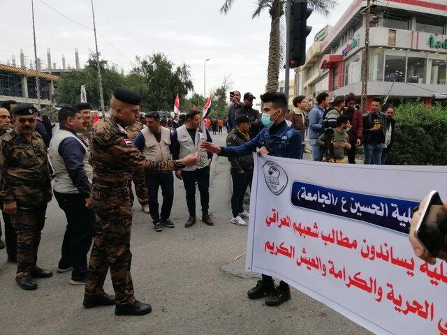 استقبال نیروهای امنیتی از معترضان در کربلا با گُل