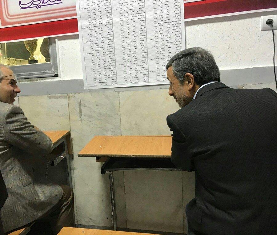 احمدینژاد پشت نیمکت مدرسه رای خود را نوشت
