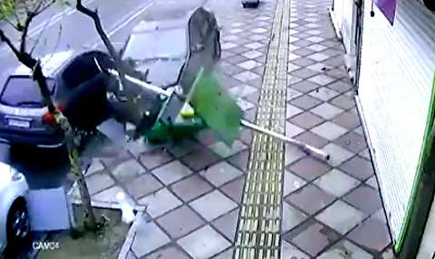 تصادف عجیب یک راننده و برخورد خونسردانه