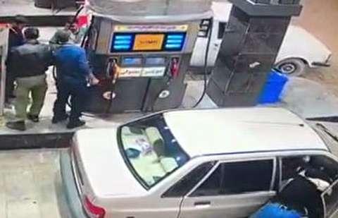 لحظه سرقت موبایل در پمپ بنزین