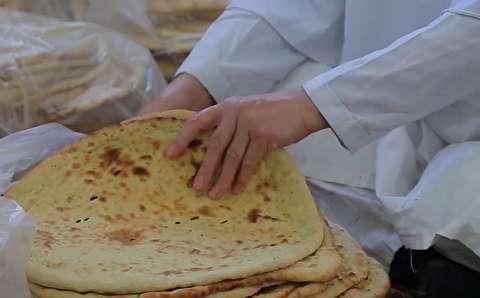 مادرانی برای سیلزدگان نان میپزند