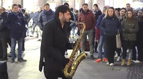اجرای ساکسوفون در خیابانهای میلان