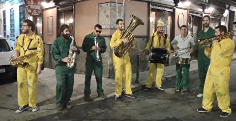اجرای سازهای بادی و کوبهای در خیابانهای مادرید