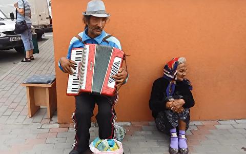 اجرای آکوردئون رومانیایی در خیابانهای لوگوژ
