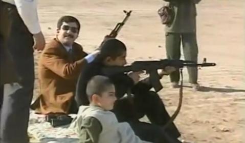 آموزش تیراندازی به نوههای صدام حسین برای مقابله با آمریکا!