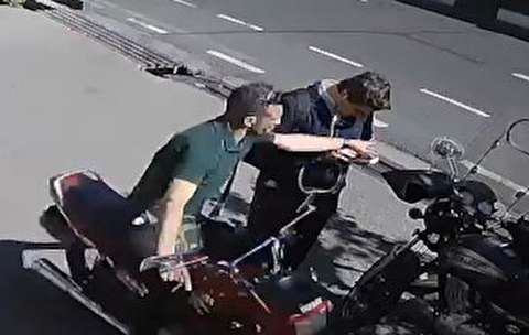 لحظه ربودن موبایل یک خبرنگار در کریمخان تهران