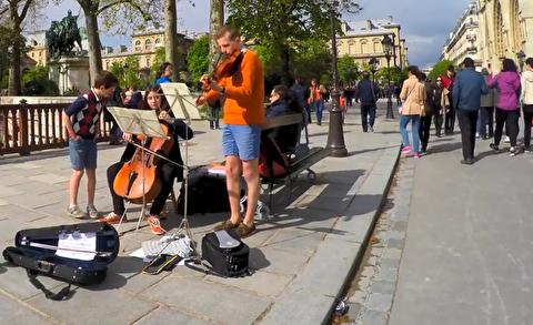 اجرای خیابانی در مقابل نوتردام