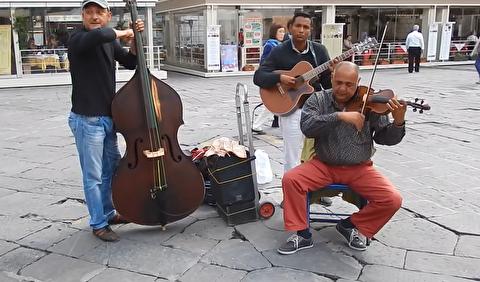 تریو گیتار، ویولن و کنترباس در خیابانهای فلورانس