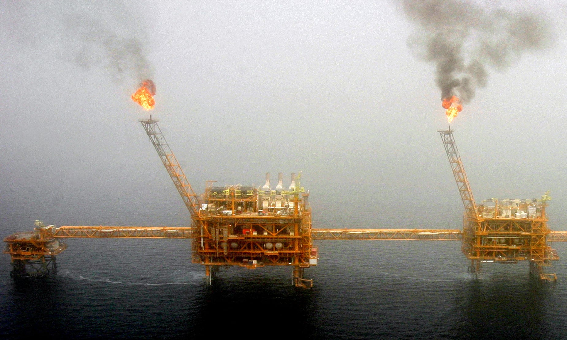 احتمال افزایش شدید قیمت نفت در تابستان در اثر تحریمهای ایالات متحده علیه ایران
