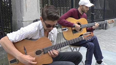 دوئت گیتار کلاسیک در خیابانهای پاریس