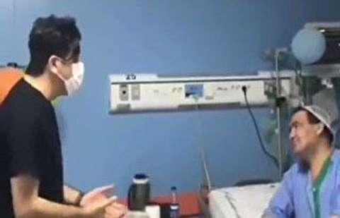 روحیه دادن به بیمار توسط پزشک خوش صدا