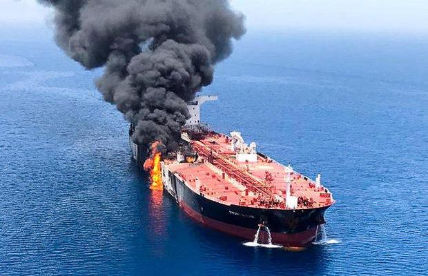 حمله به دو نفتکش در دریای عمان کار ایران است/ ایران می خواهد جریان نفت در تنگه هرمز را با مشکل روبرو کند