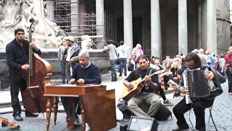 اجرای خیابانی لیبرتانگو در کنار فواره پانتئون