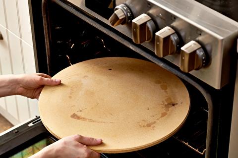چگونه سنگ پیتزا را تمیز کنیم؟