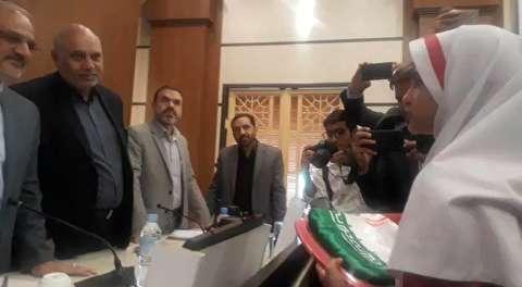 حرفهای دختر لالی درباره بوسه به پرچم ایران