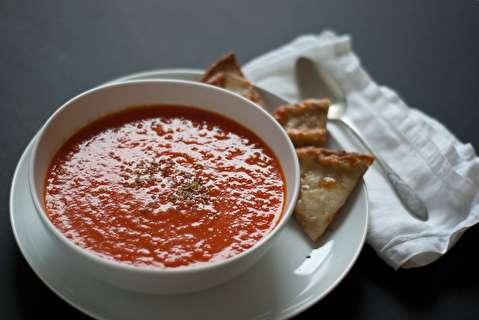 طرز تهیه سوپ فلفل دلمهای قرمز و گوجه فرنگی بریان شده
