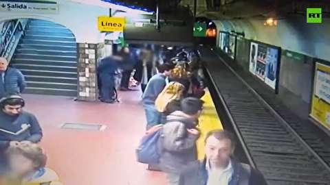 سقوط عجیب یک زن روی ریل مترو