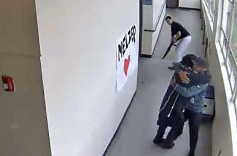 خلع سلاح دانش آموز مسلح توسط معلمش
