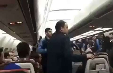 درگیری بازیکنان استقلال و مسافران هواپیما