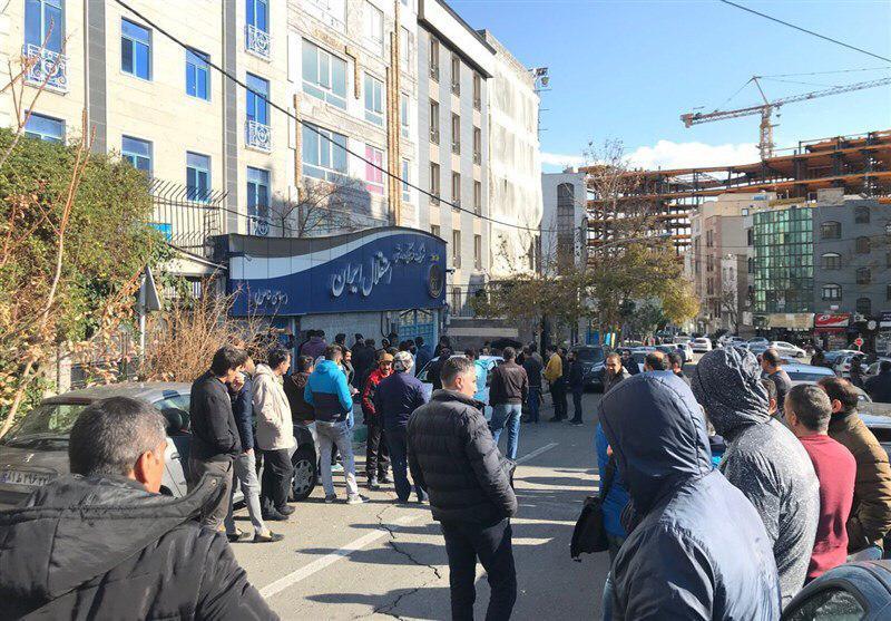 هجوم صدها نفر هوادار معترض استقلال به باشگاه+عکس