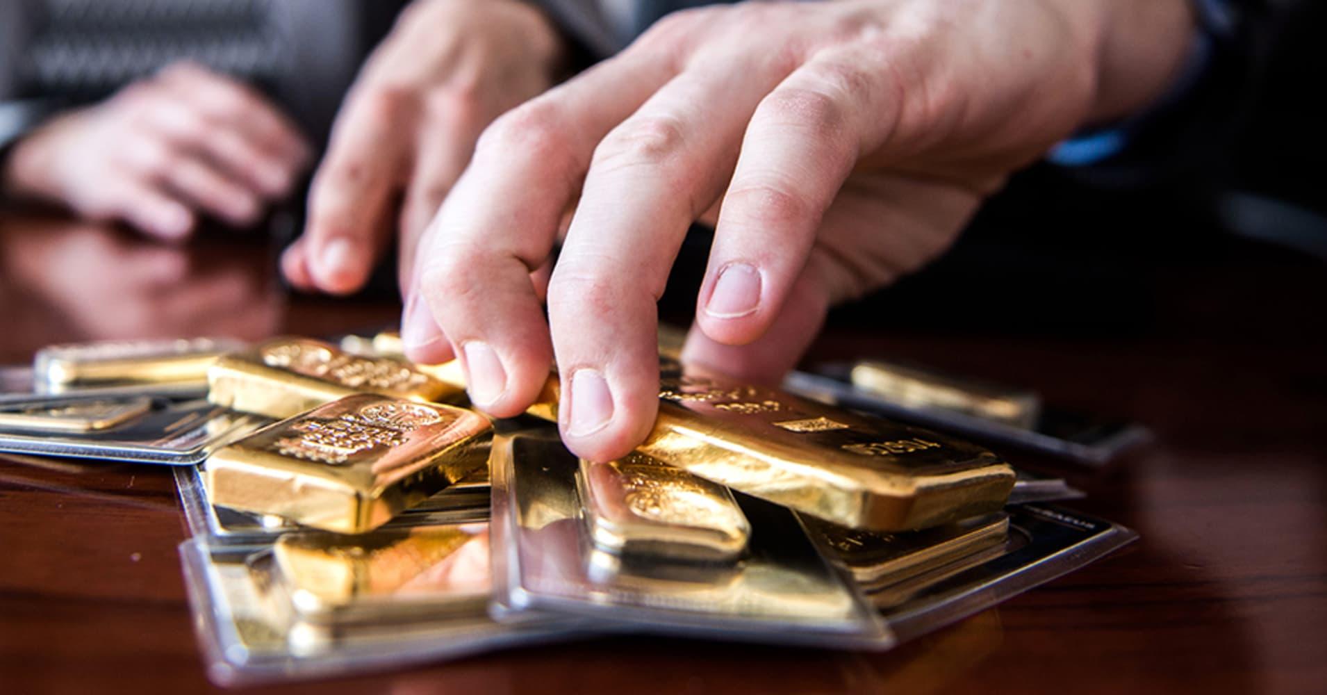 پاتک بازارساز به سفتهبازان ارزی؛ دلار ۱۲۰۰ تومان عقب نسینی کرد/ نرخهای پایانی بازار طلا و سکه تهران/ «ارز لعنتی» نام جدید دلار ۴۲۰۰ تومانی/ پراید 50 میلیونی در بازار امروز/ همتی: مردم توانایی بانک مرکزی را دست کم نگیرند