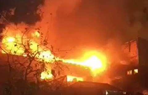 آتش سوزی انبار لباس در تهران