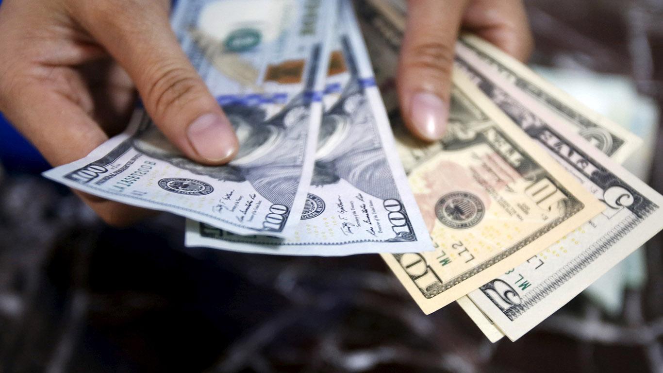 فروش دلار درب منازل به کجا رسید؟