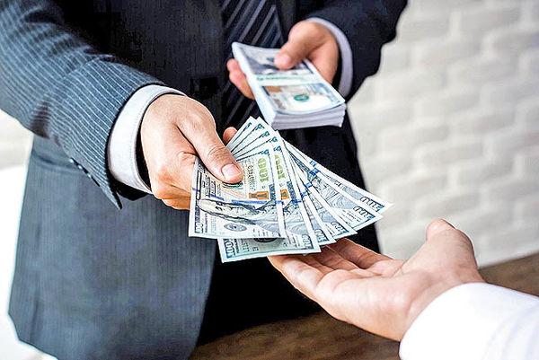 کاهش قیمت دلار به کانال ۲۳ هزار تومان/ افزایش فروش ارز در آخرین روز هفته