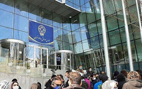 مردم پرچم سازمان بورس را پایین کشیدند