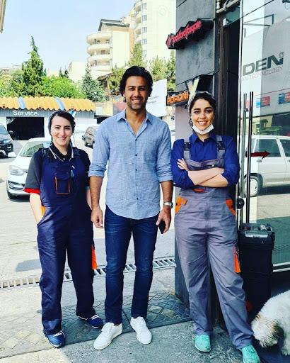 عکس فرهاد مجیدی کنار دو تعمیرکار زن ایرانی