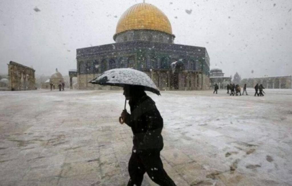 تساقط الثلوج في القدس المحتلة وباحات المسجد الاقصى