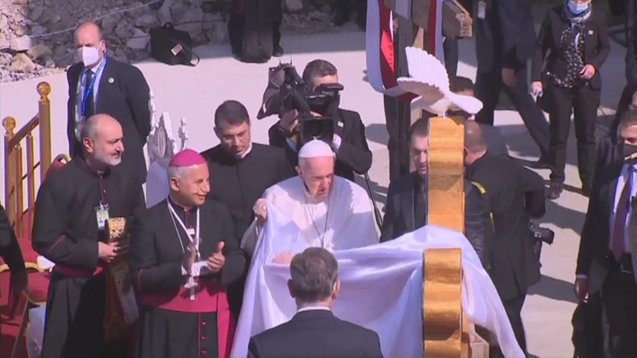 العراق | هدية من نحات مسلم.. البابا يزيح الستار عن أول صليب يرفع في حوش البيعة منذ احتلال داعش