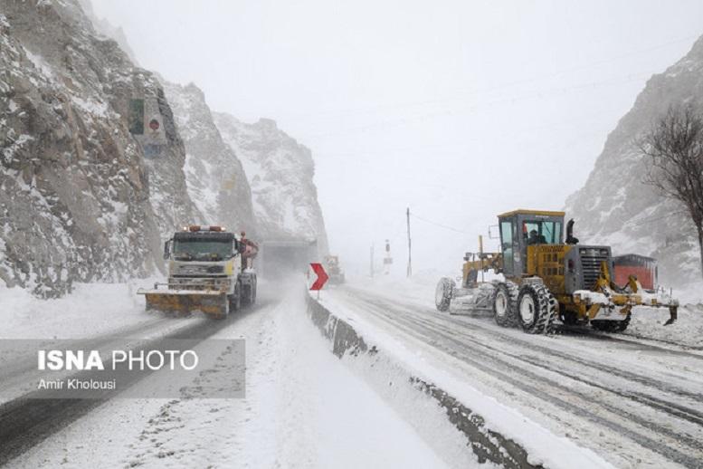 بارش برف در جادههای اصفهان/ برفروبی در رضوانشهر
