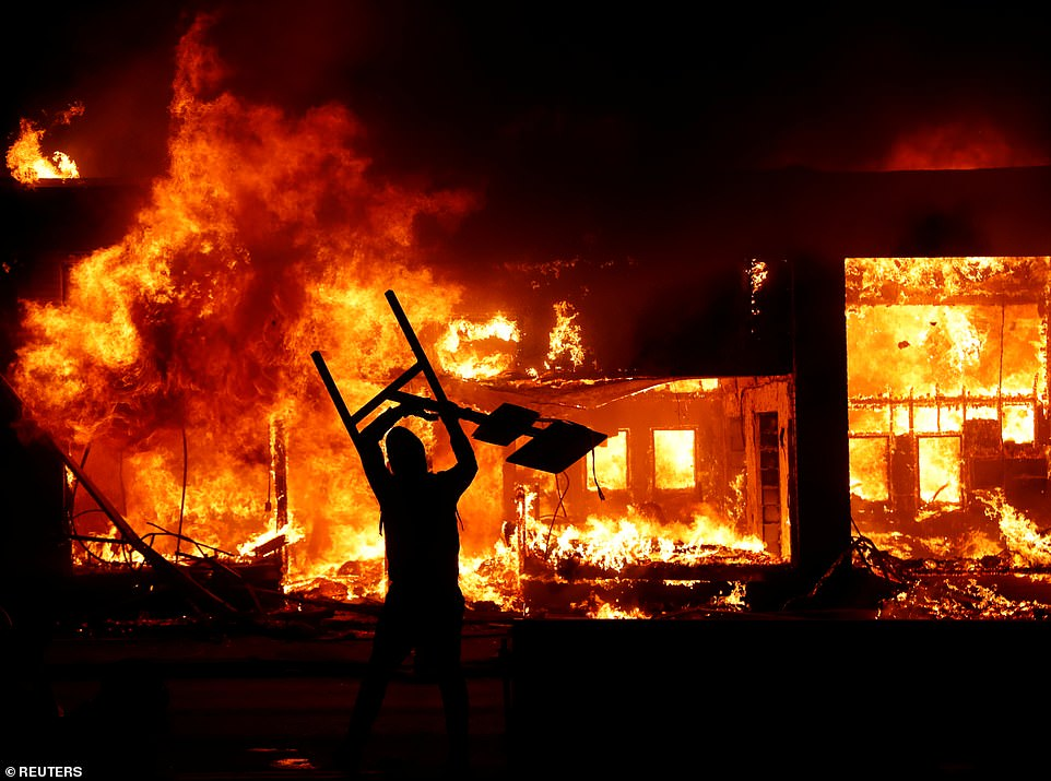 لشکرکشی ارتش آمریکا به خیابان ها پس از 30 سال برای مقابله با معترضان/ اعتراض و آتش در خیابان های آمریکا ادامه دارد/ دستور ترامپ برای برخورد با معترضان